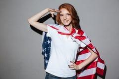 Rudzielec młodej damy bohater z usa flaga przyglądająca kamera Obraz Stock