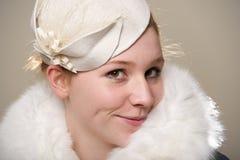 Rudzielec ono uśmiecha się cheekily w białym odczuwanym futerku i kapeluszu Obraz Stock