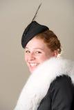Rudzielec ono uśmiecha się w czarnym kapeluszu i futerku Zdjęcie Stock