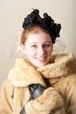 Rudzielec ono uśmiecha się w czerni przesłaniał kapeluszowego i futerkowego żakiet Zdjęcie Royalty Free