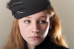 Rudzielec patrzeje smutny w czarnym kapeluszu Zdjęcia Royalty Free