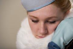 Rudzielec patrzeje w dół w błękitnym odczuwanym futerku i kapeluszu Obraz Stock