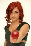 Rudzielec piękno z czerwonym jabłkiem zdjęcia stock