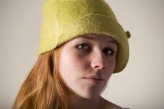 Rudzielec poważna w żółtym odczuwanym kapeluszu Obrazy Stock