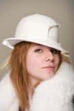 Rudzielec poważna w białym odczuwanym futerku i kapeluszu Fotografia Royalty Free