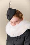 Rudzielec w czarnym kapeluszu i białym futerku Zdjęcie Royalty Free