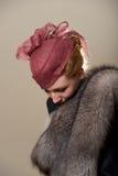 Rudzielec w czerwonej siatki kapeluszowy patrzeć w dół Fotografia Stock