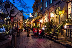 Rue为圣诞节在更低的老镇Basse-Ville的du小Champlain装饰的在晚上-魁北克市,魁北克,加拿大 库存图片