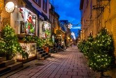 Rue为圣诞节在更低的老镇Basse-Ville的du小Champlain装饰的在晚上-魁北克市,魁北克,加拿大 库存照片