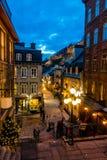 Rue在更低的老镇Basse-Ville在晚上-魁北克市,加拿大的du小Champlain 免版税库存图片