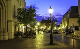 Rue à Budapest dans la lumière de soirée jpg photographie stock libre de droits