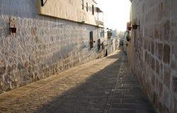 Rue à la lumière du soleil d'après-midi d'Arequipa Image libre de droits