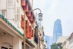 Rue à Singapour dans le brouillard enfumé Photos stock
