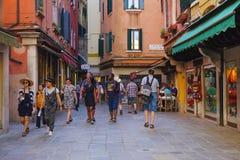 Rue à un centre de Venise Images libres de droits