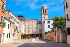 Rue à un centre de Venise Photographie stock libre de droits