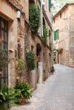 Rue étrange de vieilles maisons en pierre Photographie stock libre de droits