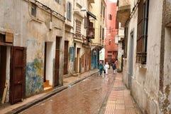 Rue étroite à Casablanca, Maroc Images stock