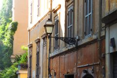 Rue étroite à Rome Photo stock