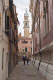 Rue étroite à Venise Images libres de droits