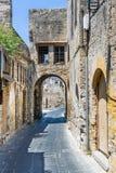 Rue étroite arquée dans la vieille ville de Rhodes Photographie stock libre de droits