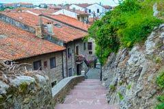 Rue étroite avec des étapes en San Vicente de la Barquera, Cantabri Image stock