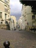Rue étroite avec le trottoir de pavé rond Photos libres de droits