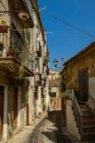 Rue étroite d'Altomonte, Italie Photos libres de droits
