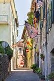 Rue étroite d'Asciano, Italie images libres de droits