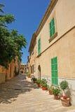 Rue étroite dans Alcudia Photographie stock
