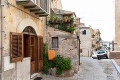 Rue étroite dans la vieille ville de Cefalu en Sicile, Italie photo stock