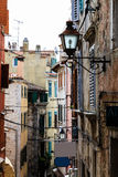 Rue étroite dans la ville de Rovinj Photographie stock libre de droits