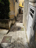 Rue étroite dans le village croate escaliers Photos stock