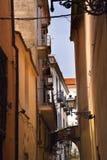 Rue étroite dans les drains ou la vieille ville de Sorrente Italie image libre de droits