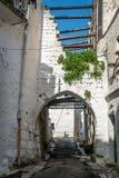 Rue étroite dans Ostuni, Puglia, Italie photographie stock libre de droits