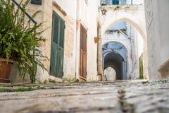 Rue étroite dans Ostuni, Puglia, Italie photographie stock