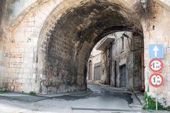 Rue étroite dans Ostuni, Puglia, Italie image libre de droits