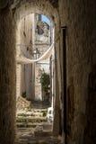 Rue étroite dans Ostuni, Puglia, Italie images stock