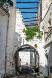 Rue étroite dans Ostuni, Puglia, Italie photos stock