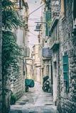Rue étroite dans Trogir historique, Croatie, filtre analogue Photo stock