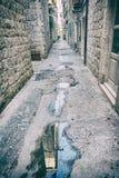 Rue étroite dans Trogir historique, Croatie, filtre analogue Photo libre de droits