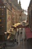 Rue étroite de Dresde avec des décorations de Noël Images stock