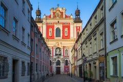 Rue étroite de la vieille ville à Poznan, près d'une paroisse baroque c photos stock