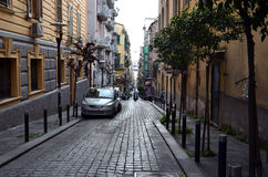 Rue étroite de ville avec dans le quart espagnol de Naples en Italie Photographie stock libre de droits