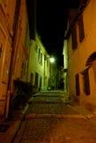 Rue étroite illuminée la nuit Photographie stock