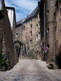 Rue étroite médiévale en capitale du luxembourgeois Vieux bâtiments de briques 1 Image libre de droits
