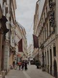 Rue étroite même avec le café à Vienne, Autriche photos libres de droits