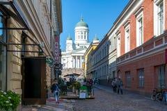 Rue étroite menant à la cathédrale de Helsinki sur la place de sénat, Finlande photo libre de droits