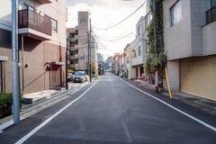 Rue étroite par des bâtiments de residentail images libres de droits