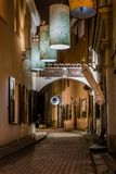 Rue étroite pittoresque de vieille ville de Vilnius la nuit Images stock