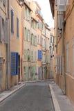 Rue étroite près de port de Marseille, France Photo stock